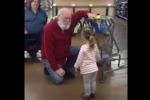 Bimba scambia anziano per Babbo Natale: il video dell'incontro