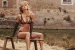 In lingerie nella stalla: con Bar Refaeli in Natale si fa... hot - Foto
