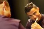 Suona Jingle Bells con tostapane, bicchieri e spazzolino: gli auguri in musica di Ronaldo - Video