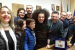 X Factor, la quarta circoscrizione dona una targa a Davide Sciortino: le foto