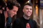 """Il nuovo video di Fedez e Mika: """"Nudi sul palco se conquistiamo un milione di clic"""""""