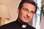 L'Isola dei Famosi, impazza il gossip: tra i naufraghi il prete gay Charamsa