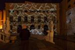 Proiezioni e teli cangianti, si accendono le luci su piazza Pretoria: le foto