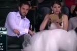 Allo stadio dopo il sì, ragazza americana sugli spalti in abito da sposa: il video