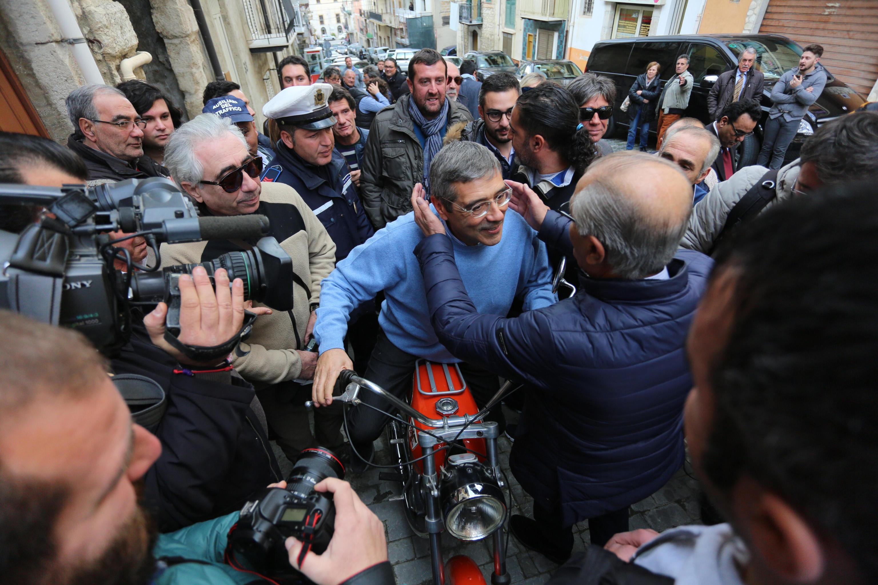 Totò Cuffaro torna nella sua Raffadali  le foto - Giornale di Sicilia 30d38425c5d9