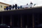Messina, la protesta degli ex Ferrotel sale sui tetti