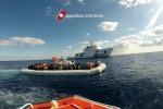 Oltre 1.200 migranti sbarcati in Sicilia A bordo pure il cadavere di un giovane