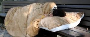Palermo, senzatetto aggredito alla stazione: colpito mentre dormiva su una panchina