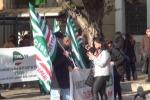 Da Roma 900 milioni per la Sicilia, mezzo miliardo in meno e i precari scendono in piazza