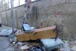 C'è anche una culla tra i cumuli di rifiuti per strada a Palermo ed è ironia: ecco il presepe