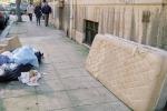 """Vecchi materassi nel salotto di Palermo. E accanto alle """"campane"""" cumuli di rifiuti"""