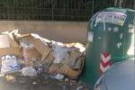 Cartoni e rifiuti per strada a Palermo... e il marciapiede di via Ausonia scompare