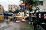 Divano in strada, salotto abusivo in via Landa. Erbacce e rifiuti in viale Croce Rossa