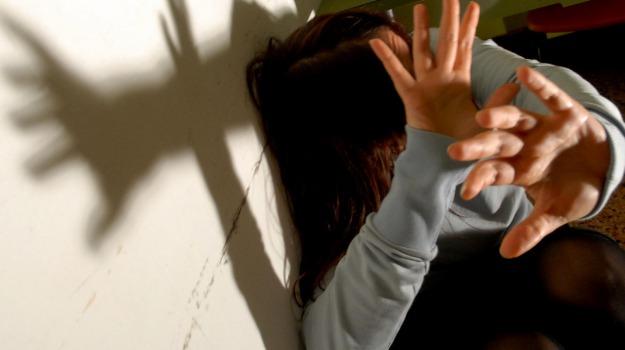 abusi, minorenne, sesso, Ragusa, Cronaca