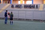 Le chiede di sposarlo sul campo di calcio: la fidanzata è il portiere