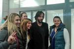 Keanu Reeves a Roma, selfie e foto ricordo con i fan