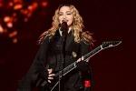 """Madonna arriva sul palco con tre ore di ritardo, fan indignati: """"Era pure ubriaca"""""""