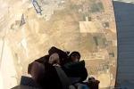Resta impigliato nella cintura di sicurezza, paura per un paracadutista - Video