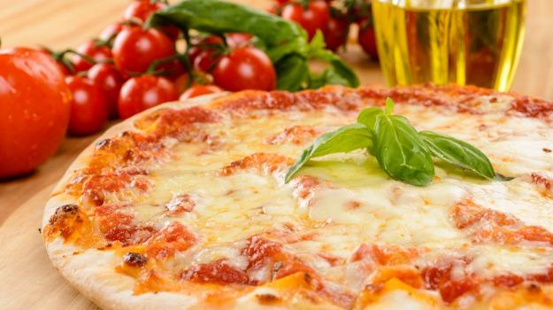 cena a domicilio, pizza margherita, Sicilia, Società