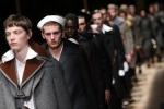 Giacche da reduce e cappe clericali: con Prada sfila la storia