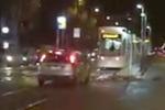 Palermo, auto insegue e sorpassa il tram... sui binari - Video