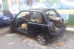 Rifiuti nelle carcasse d'auto: cassonetto «creativo» in piazza Tavola Tonda a Palermo
