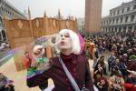 Si accende il Carnevale di Venezia, 70 mila in piazza: le foto