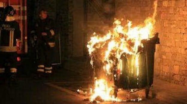 incendio cassonetti Palermo, incendio rifiuti Palermo, incendio uffici Uil, Palermo, Cronaca