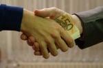 Corruzione, l'8% delle famiglie italiane ha ricevuto richieste di denaro in cambio di favori
