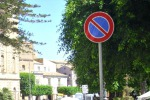 A Palermo auto parcheggiate in divieto di sosta perché... il segnale stradale è ribaltato