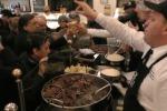 A Palermo la Befana porta... panini con la milza a poveri e migranti - Video