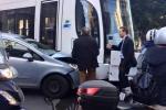 Palermo, scontro tra il tram e un'auto: traffico in tilt, un ferito lieve