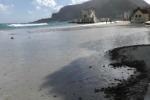 Forte vento a Palermo, mareggiata inghiotte la spiaggia di Mondello - Video