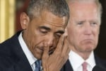"""Obama in lacrime: """"Basta stragi"""". Negli Usa stretta su vendita di armi"""