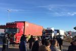 A Gela la protesta non si placa: i lavoratori Eni bloccano la città
