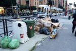 A Palermo manifesti su un bene storico e rifiuti a ridosso dei binari del tram