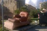 Palermo, in piazza Magione ecco un «salotto» di rifiuti a pochi passi dalla chiesa