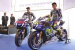 Rossi svela la Yamaha, stretta di mano con Lorenzo... senza guardarsi