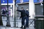 "Con coltello e finta cintura esplosiva, uomo ucciso a Parigi: ""Fedele a Isis"""