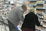 Aiuta la moglie anziana a scegliere il make up giusto: sul web lo scatto che intenerisce