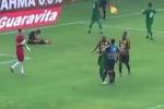 Arbitro gli concede un rigore, calciatore lo abbraccia: il video