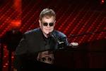 """Elton John annuncia il ritiro dalle scene: """"Ultimo tour e poi farò il papà a tempo pieno"""""""