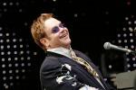 """Elton John sul palco ai tempi della Cirinnà, l'appello: """"Canti e basta"""""""