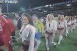 Modelle in lingerie al posto dei bambini: l'ingresso in campo è... sexy - Video
