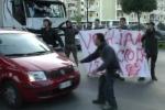 La protesta dei cenciaioli a Palermo: strada bloccata, traffico in tilt