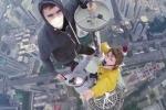 Scalano un grattacielo alto 384 metri per scattare un... selfie: il video dell'impresa