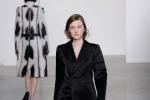 """Calvin Klein rilancia il tailleur: """"E' quello che le donne vogliono"""""""