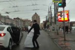 Scende dall'auto e abbandona il suo sposo al semaforo: il video