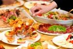 Sale la spesa per mangiare fuori casa, boom di street food e apericena