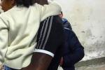"""Balotelli si """"scioglie"""" con la figlia Pia in braccio: """"Che emozione"""""""